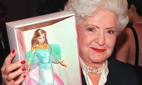 'Mãe da Barbie'. Ruth Handler exibe a sua criação no 40º aniversário da boneca, durante entrevista coletiva em Nova York Foto: Matt Campbell 07/02/1999 / AFP