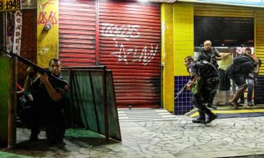 Uma manifestação após o enterro de um adolescente no Alemão terminou em confronto Foto: Bruno Itan / Parceiro / Agência O Globo