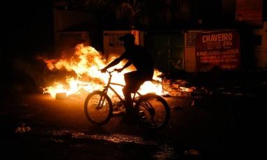 Manifestação de moradores termina em confronto no Alemão. Um adolescente morreu Foto: Bruno Itan / Parceiro / Agência O Globo