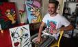 Diego Moura com parte de seus quadros, entre eles, no cavalete, o que foi inspirado na capa do disco de Lady Gaga Foto: Agência O Globo