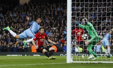 Gabriel Jesus desvia de cabeça, mas o gol foi anulado no empate entre Manchester City e Manchester United Foto: Jason Cairnduff / REUTERS