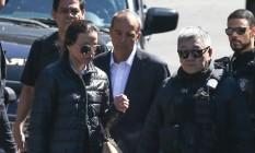 O ex-governador do Rio de Janeiro, Sérgio Cabral, e sua esposa, Adriana Ancelmo, chegam a Curitiba Foto: Geraldo Bubniak / O Globo