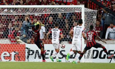 Muralha disputa a bola com Eduardo da Silva no primeiro gol do Atlético-PR Foto: RODOLFO BUHRER / REUTERS