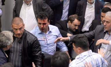 Líder da oposição social-democrata Zoran Zaev é agredido por manifestantes no Parlamento Foto: STRINGER / AFP