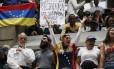 Caos político. Deputados e manifestantes venezuelanos homenageiam na Assembleia Nacional jovem que morreu em protesto: 'Ditadura que Chávez e Fidel sonharam' Foto: Ariana Cubillos / AP