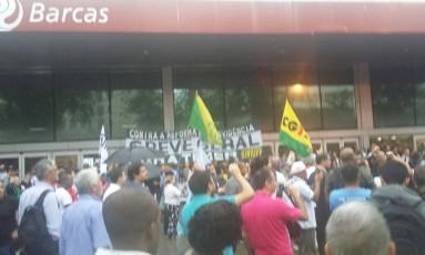 O tumulto em frente à estação das Barcas em Niterói Foto: Foto de leitor