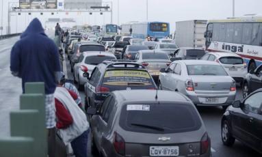 Manifestação de grevistas na Ponte Rio-Niteroí interrompe o trânsito Foto: Gabriel Paiva / Agência O Globo
