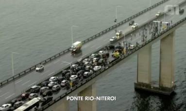 Manifestantes bloquearam a Ponte Rio-Niterói na manhã desta sexta-feira Foto: Reprodução TV Globo