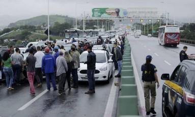 Manifestação de grevistas bloqueia Ponte Rio-Niterói Foto: Gabriel Paiva / Agência O Globo
