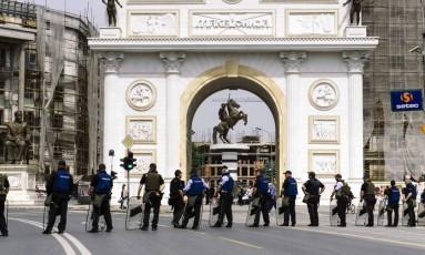 Policiais reforçam segurança perto do Parlamento da Macedônia, após invasão de manifestantes Foto: DIMITAR DILKOFF / AFP