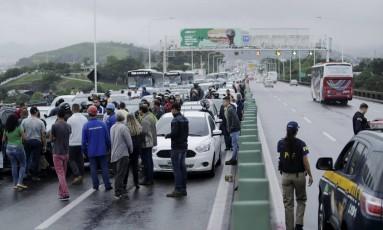 Grevistas fizeram bloqueio que paralisou a Ponte Rio-Niterói. Um grupo em cinco carros interditou o Vão Central, no sentido Rio, por volta das 6h Foto: Gabriel Paiva / Agência O Globo