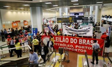 Manifestação no saguão do aeroporto Santos Dumont. Foto: Guilherme Pinto / Agência O Globo