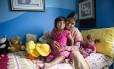 Choity Khatun com sua mãe, Shima, no hospital em Melbourne Foto: TEAGAN GLENANE / AFP