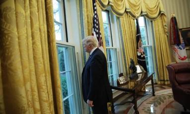 O presidente dos Estados Unidos, Donald Trump, olha para fora da janela no Salão Oval da Casa Branca, durante uma entrevista para a Reuters nesta quinta-feira Foto: CARLOS BARRIA / REUTERS