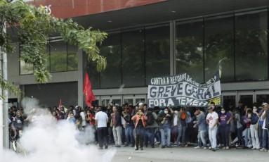 Protesto em frente às barcas na Praça Araribóia, em Niterói Foto: Gabriel de Paiva / Agência O Globo