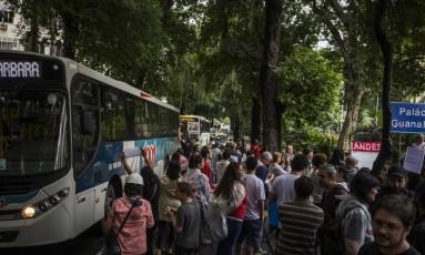 Manifestação de professores e alunos da Uerj interdita duas vias da Rua Pinheiro Machado, em frente ao Palácio Guanabara, em Laranjeiras Foto: Guito Moreto / Agência O Globo