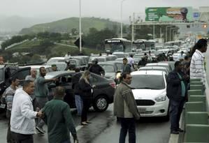 Tudo parado. Manifestantes interromperam tráfego Ponte Rio-Niterói atrasando a chegada de milhares de trabalhadores ao emprego Foto: Gabriel de Paiva