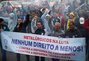 Metalurgicos realizam passeata contra reformas do governo na Avenida Jacu-Pêssego, na zona leste de São Paulo Foto: Marcos Alves / Agência O Globo