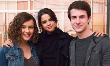 Katherine Langford, Selena Gomez e Dylan Minnette durante as gravações de '13 Reasons Why' Foto: Divulgação
