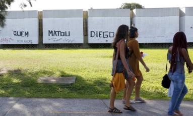Pintura pede punição pela morte do estudante Diego Machado, encontrado morto no campus, em julho, com marcas de espancamento Foto: Agência O Globo / Marcelo de Jesus