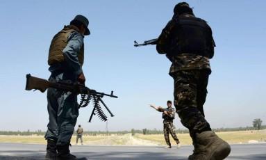 Forças afegãs guardam um ponto de controle em Jalalabad, Afeganistão. Dois soldados americanos foram mortos e um ficou ferido enquanto as tropas afegãs e dos EUA lutavam contra o EI Foto: NOORULLAH SHIRZADA / AFP