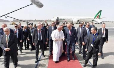 O Papa Francisco chega ao Egito para uma viagem de 27 horas, onde foi se encontrar com líderes muçulmanos e cristãos Foto: AP