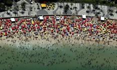 Praia do Rio lotada de banhistas Foto: Custódio Coimbra / Agência O Globo