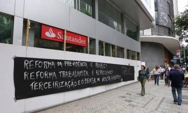 Bancos fecharam as portas na Avenida Rio Branco, no centro do Rio Foto: Guilherme Pinto / Agência O Globo