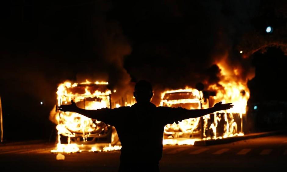 Protestos no Centro do Rio, ônibus incendiados Foto: Pablo Jacob / Agência O Globo