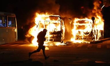 Greve geral - Protestos no Centro do Rio, ônibus incendiado Foto: Pablo Jacob / Agência O Globo