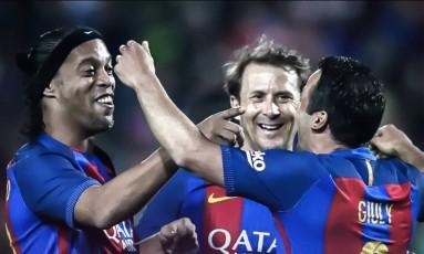 Ronaldinho Gaúcho comemora um dos gols da vitória do Barcelona Foto: Reprodução