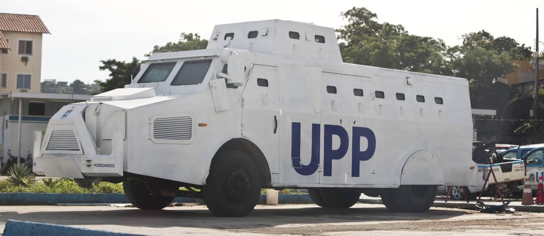 Caveirão pintado de branco estacionado no pátio do Comando de Polícia Pacificadora, em Bonsucesso. Foto: Márcia Foletto / O Globo