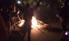 Manifestantes fazem fogueira perto da casa do presidente Temer em São Paulo Foto: Reprodução