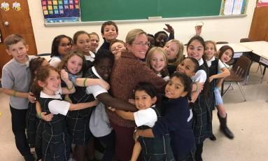 Scarlett Lewis com crianças da escola All Saints, em Connecticut, nos EUA: cinco anos após a morte do filho no massacre de Sandy Hook, ela hoje se dedica a prevenir problemas como bullying, suicídio e uso de drogas Foto: ACERVO PESSOAL