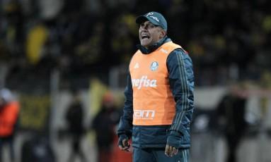 Eduardo Baptista orienta o Palmeiras na vitória sobre o Peñarol, pela Libertadores Foto: Matilde Campodonico / AP