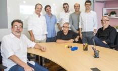 Reumidos: Jorge Furtado, Guel Arraes, Mauro Wilson, Marçal Aquino, Cláudio Paiva (sentado), George Moura, Marcius Melhem e Fernando Bonassi Foto: Divulgação/TV Globo