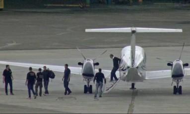 Cabral chega ao Rio após prestar depoimento ao juiz Sergio Moro em Curitiba Foto: Reprodução TV Globo