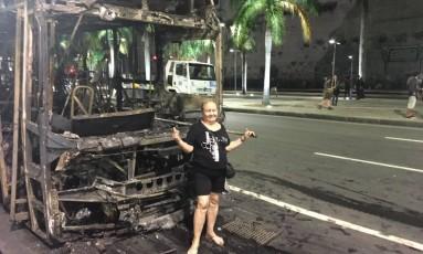Manifestantes tiram fotos em frente a ônibus queimados Foto: Ricardo Rigel / Agência O Globo