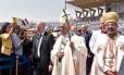 Papa Francisco é celebrado ao chegar a missa junto ao patriarca copta de Alexandria, Ibrahim Isaac Sidrak (direita) Foto: HO / AFP
