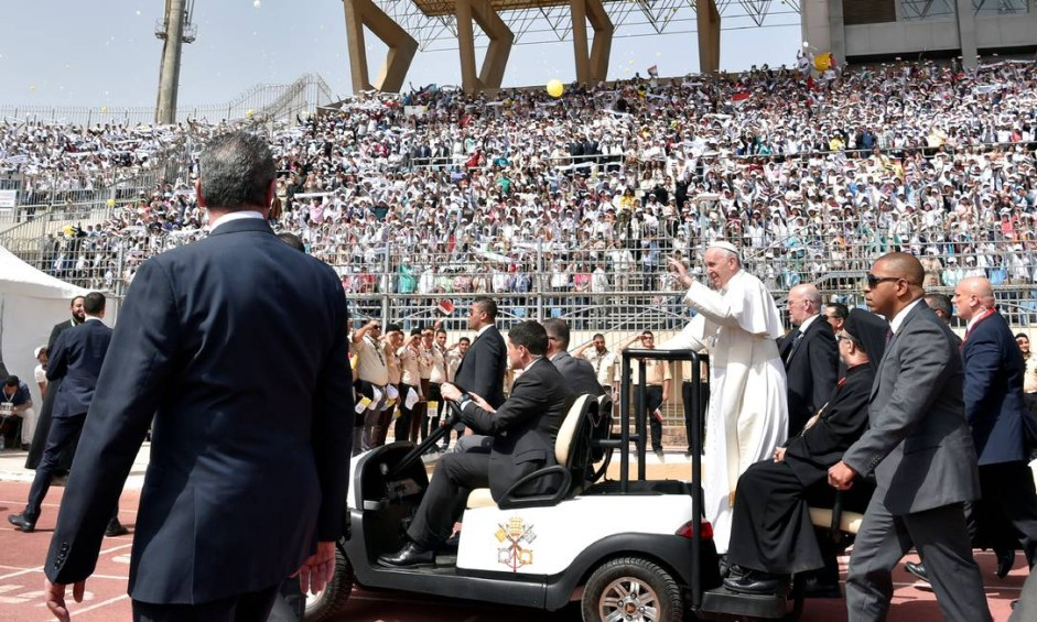 Em visita ao Cairo, o Papa dispensou veículos blindados mesmo com forte esquema de segurança. Num estádio, foi de carrinho ao recebido por 15 mil pessoas Foto: OSSERVATORE ROMANO / REUTERS