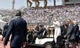 Em visita ao Cairo, o Papa dispensou veículos blindados mesmo com forte esquema de segurança. Num estádio, foi de carrinho ao recebido por 15 mil pessoas
