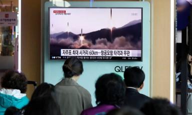 Sul-coreanos observam notícias falando sobre o teste com míssil balístico do Norte Foto: KIM HONG-JI / REUTERS