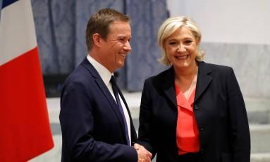 Le Pen e Dupont-Aignan se cumprimentam em coletiva em Paris Foto: CHARLES PLATIAU / REUTERS