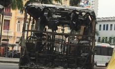 Carcaça de ônibus queimado Foto: Ione Luques / O Globo