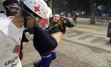 Mulher ferida durante manifestação é socorrida no Centro do Rio Foto: Marcelo Theobald / Agência O Globo