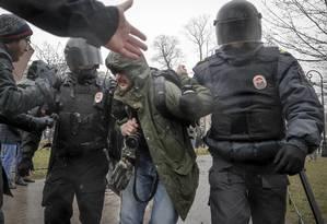 Jornalista é detido ao cobrir manifestação em São Petersburgo Foto: Dmitri Lovetsky / AP