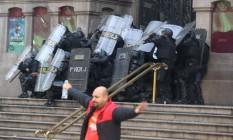 Policiais encurralados na porta do Teatro Municipa.jpg Foto: Marcelo Theobald / Agência O Globo