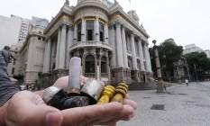 Restos bombas e balas de borracha encontrados no Teatro Municipal Foto: Cléber Júnior / Agência O Globo