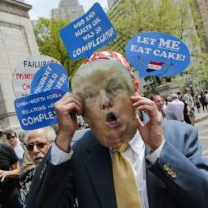 Neste sábado manifestantes lotaram as ruas dos Estados Unidos em protestos que marcaram os cem dias de Donald Trump na Casa Branca Foto: EDUARDO MUNOZ ALVAREZ / AFP