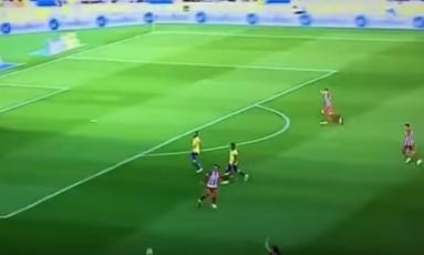 Griezmann toca a bola para a lateral Foto: Reprodução